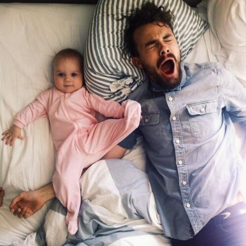 padre e hija recostados bostezando