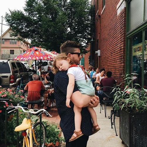 hombre cargando a su hija