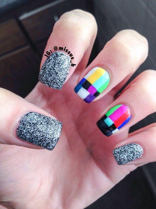 manicura de uñas con diseño de televisor
