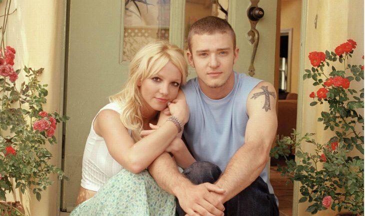 Britney Spears y Justin Timberlake sentados en las escaleras