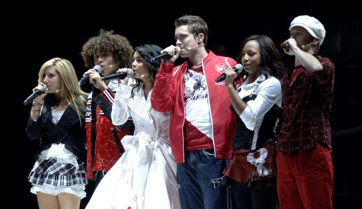 grupo de amigos cantando