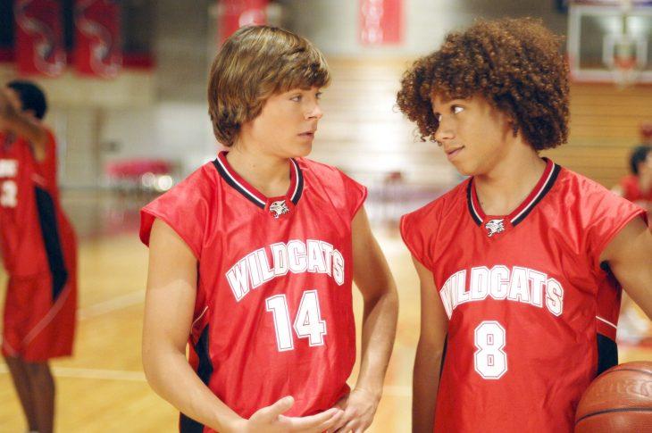 chicos con uniformes deportivos rojos