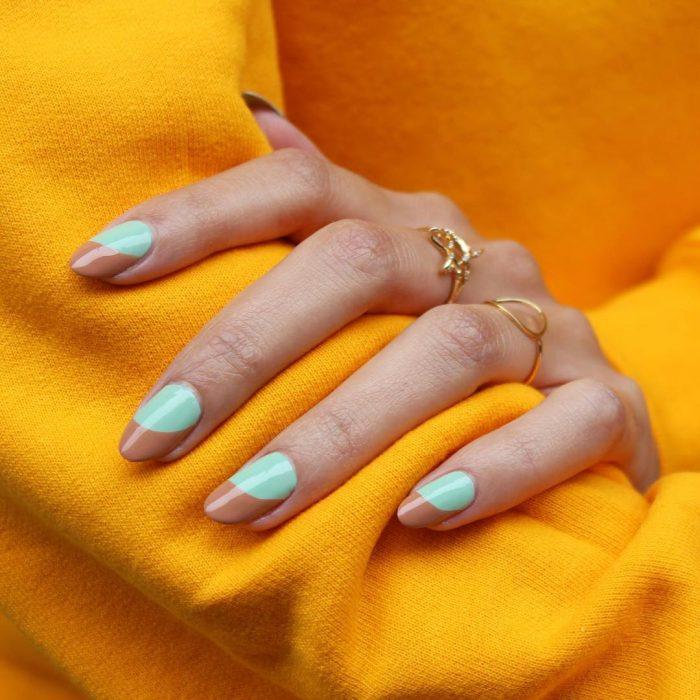 Uñas de almendra en tono azul y café