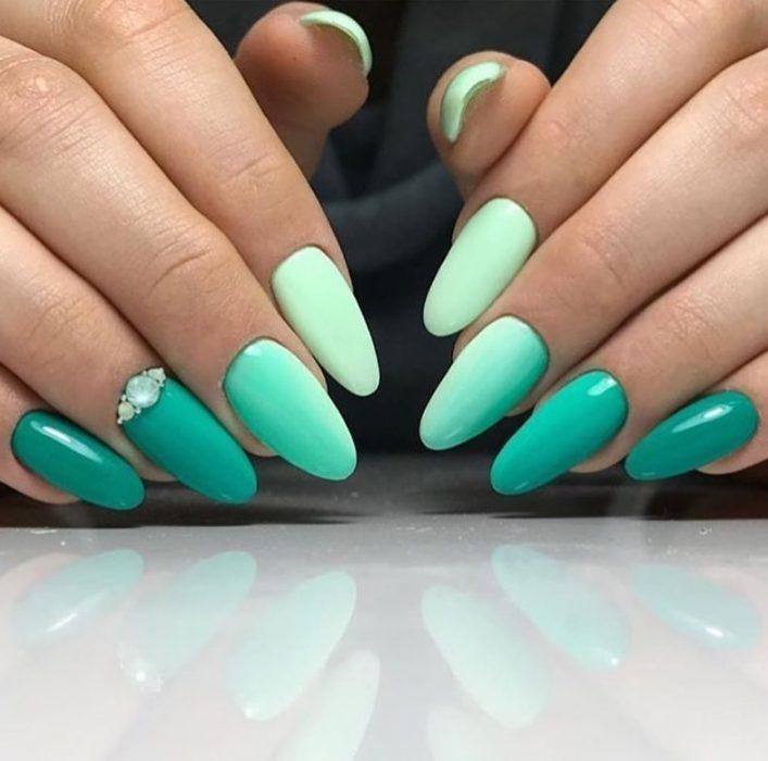 Uñas de almendra de color verde con degradado en tonos verdes