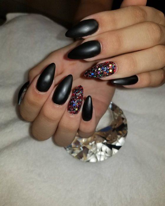 Uñas de color negro con destellos de color