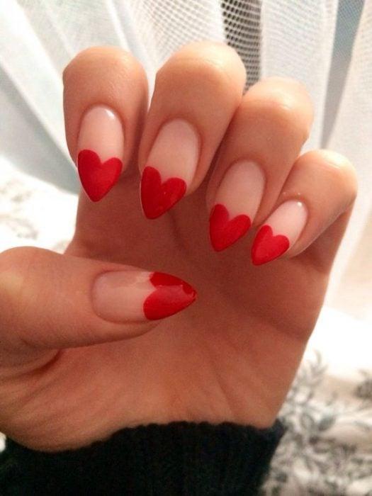 Uñas de almendra con un corazón formado en la punta