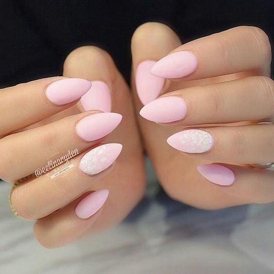 Uñas de almendra en tonos rosas
