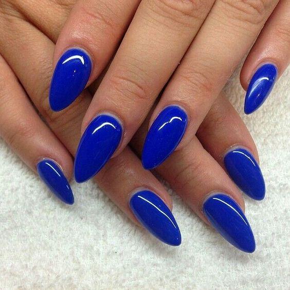 Uñas de almendra en tonos azules electricos