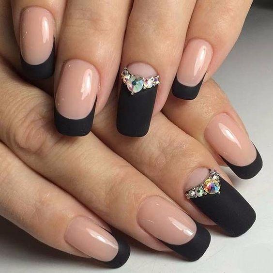 Diseño de uñas francesas en color negro con aplicaciones de piedras