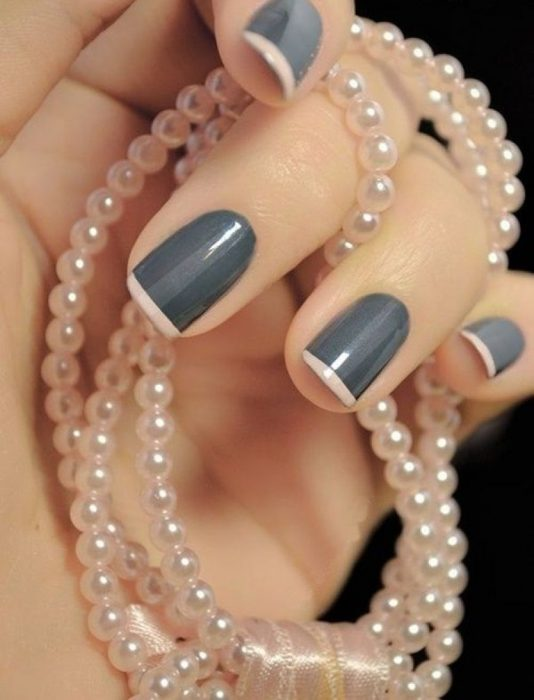 Diseño de uñas francesas en color gris con una línea en color rosa