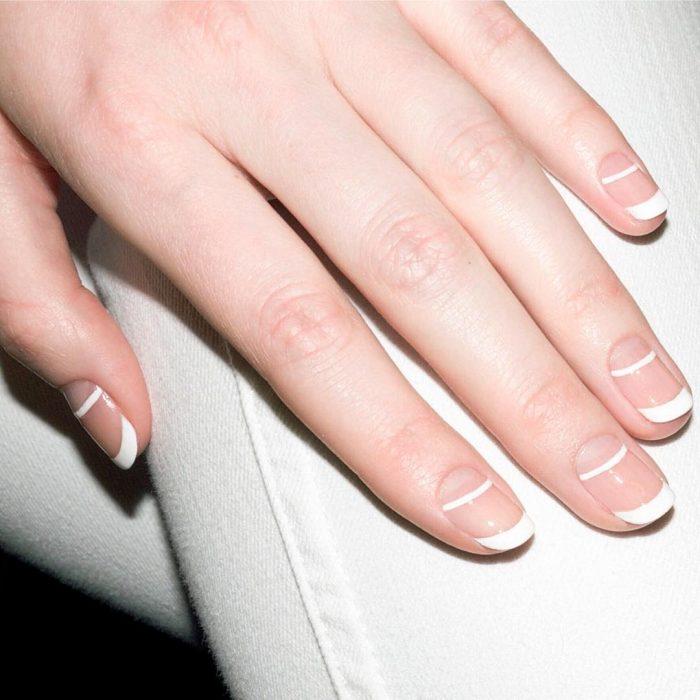 Diseños de uñas francesas con dos líneas de color blanco