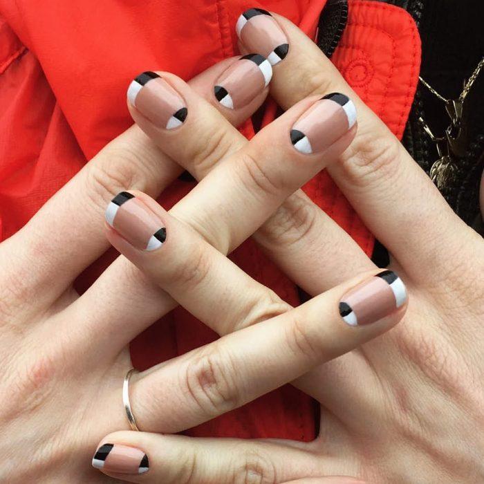 Diseño de uñas francesas en tonos blancos con negros