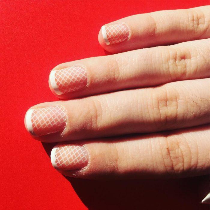 Diseño de uñas francesa con una red de pescar