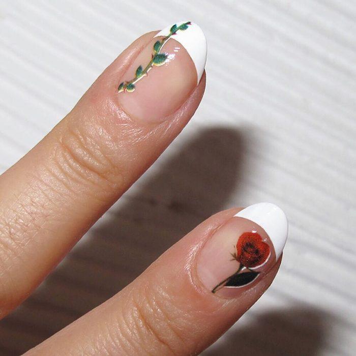 Diseño de uñas francesas con aplicaciones de una flor