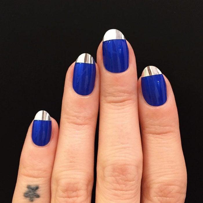 Diseños de uñas francesas en color azul con la punta en color metal