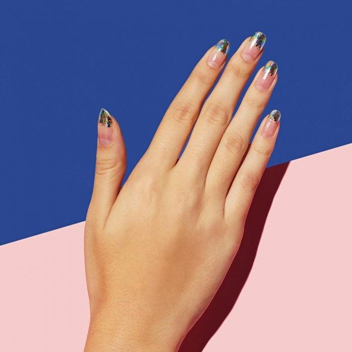 Diseño de uñas francesas en color degradado con glitter
