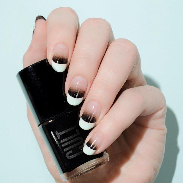 Diseño de uñas francesas en color blanco con negro