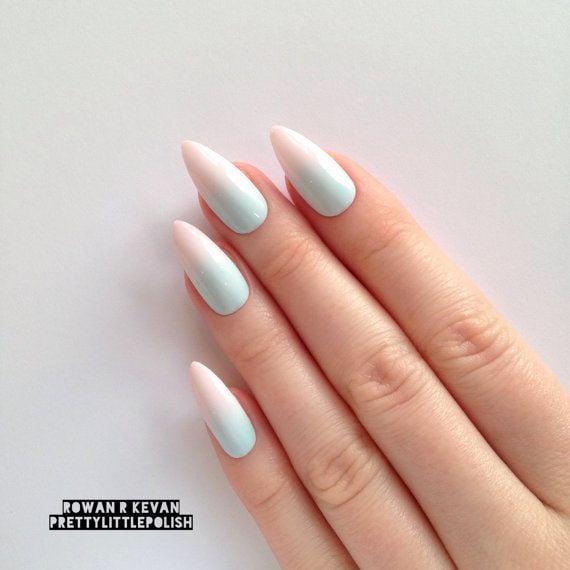 Uñas de stilletto con diseño de colores pastel