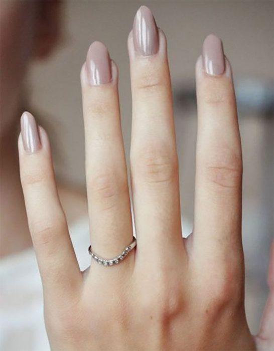 Uñas de stilletto con diseño de color nude