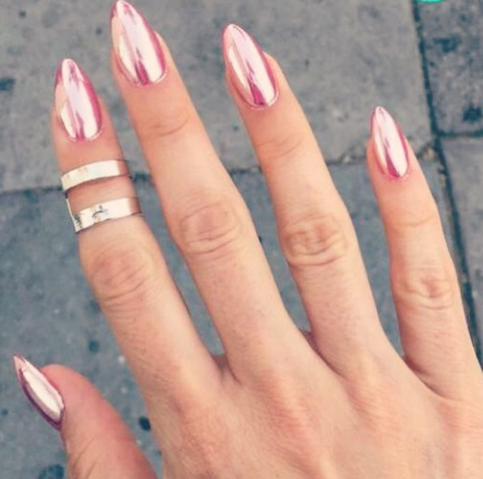 Uñas de stilletto con diseño de color rosa de efecto espejo