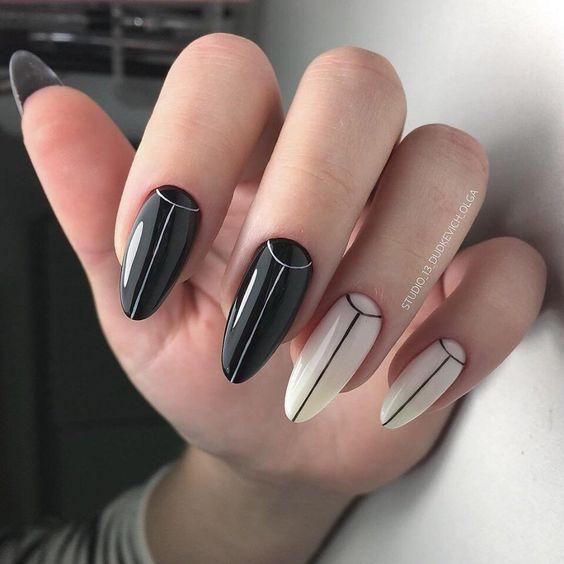 Uñas de stilletto con diseño de color negro y balnco