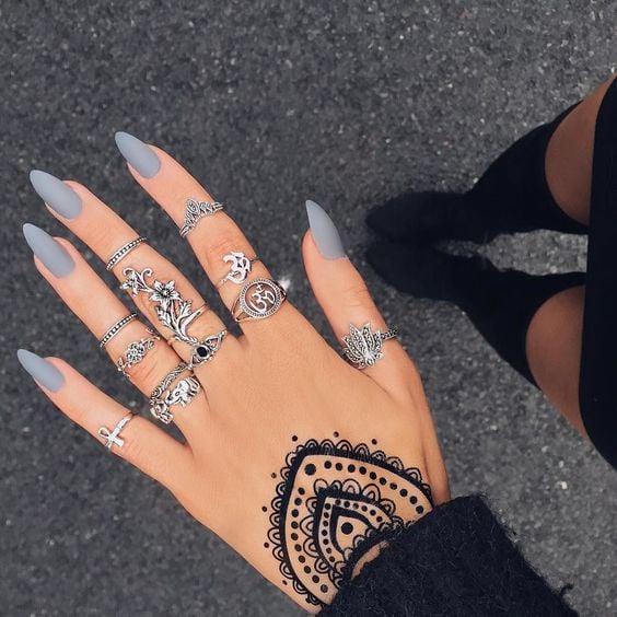 Uñas de stilletto con diseño de color gris
