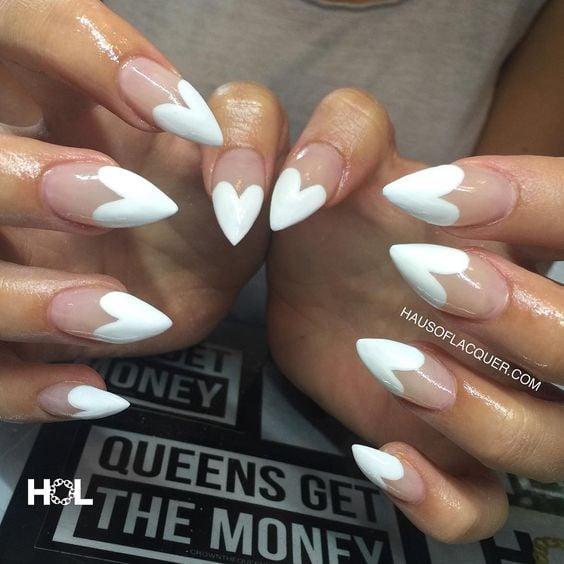 Uñas de stilletto con diseño de color blanco con corazones