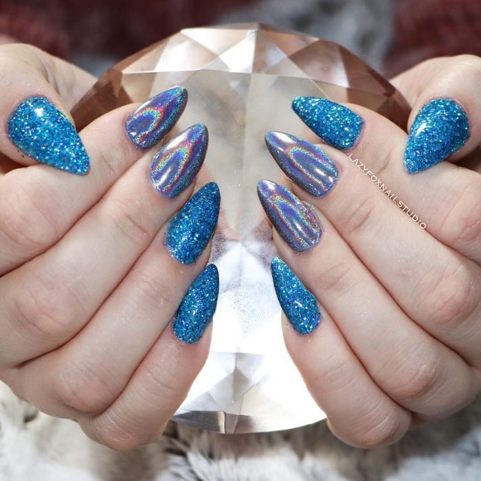Uñas de stilletto con diseño de glitter azul