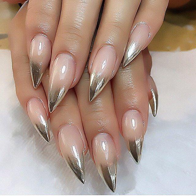 Uñas de stilletto con diseño de plata en las puntas