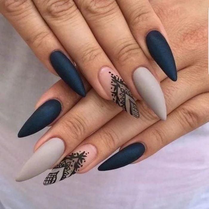 Uñas de stilletto con diseño de color azul y tatuaje de henna