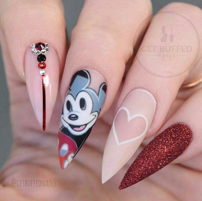 Uñas de stilletto con diseño de mickey Mouse