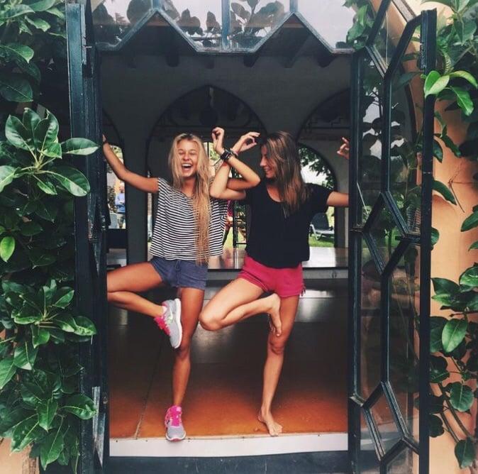 amigas entrenando yoga