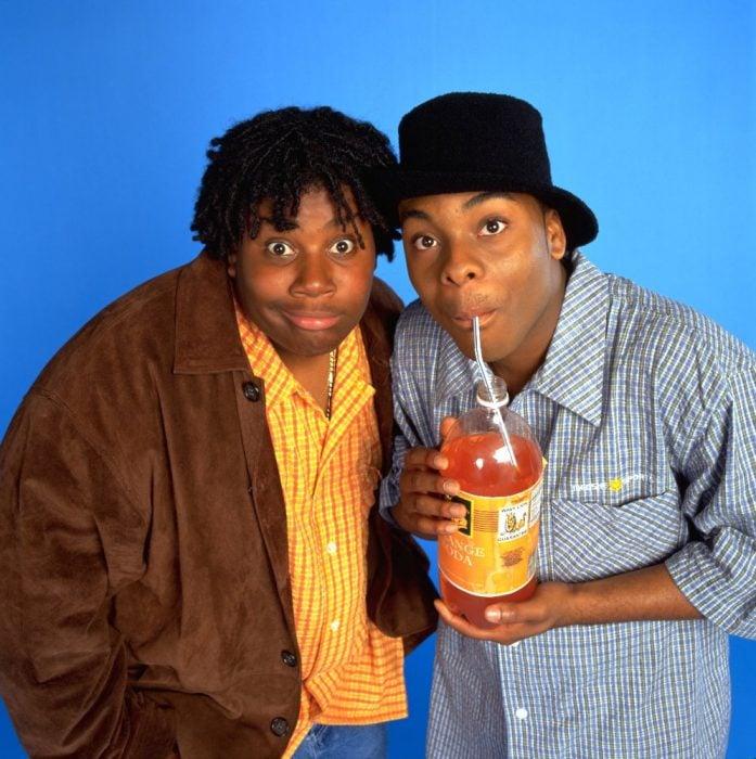 amigos bebiendo soda de naranja