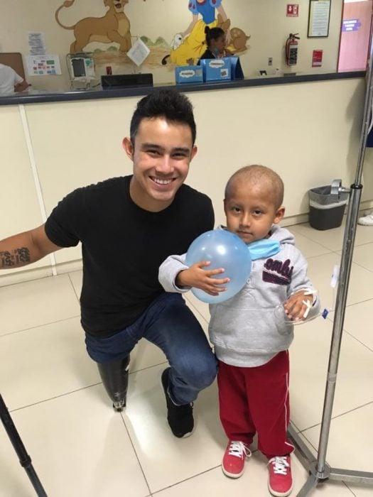 chico con camisa oscura de visita en el hospital