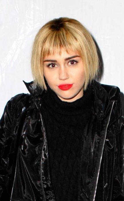 Milye Cyrus usando el cabello lacio y en corte bob