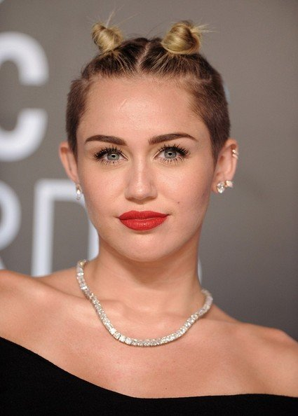 Miley Cyrus usando un doble bun