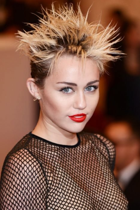 Miley Cyrus usando un cabello punk