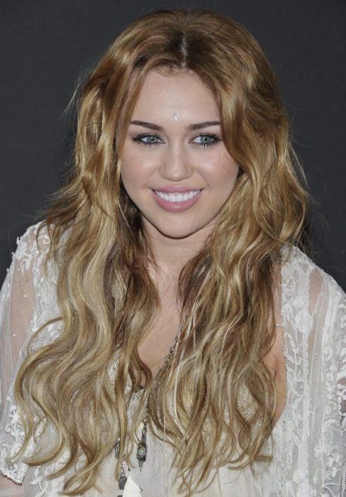 Miley Cyrus con ondas hippies en 2010