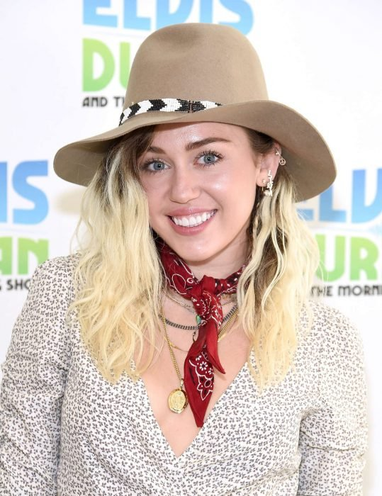 Miley Cyrus usando un sombrero de color café