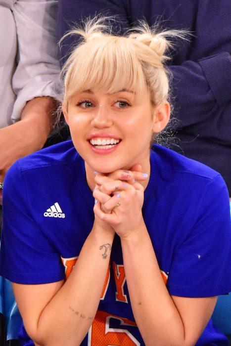 Miley Cyrus usando el cabello en un doble bun