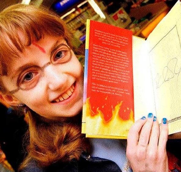 chica con gafas leyendo un libro