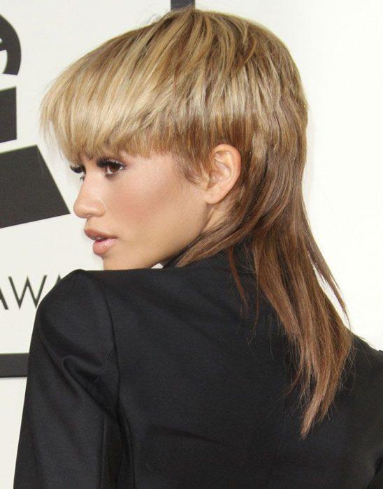 Zendaya usando el cabello inspirado en un peinado de los 80