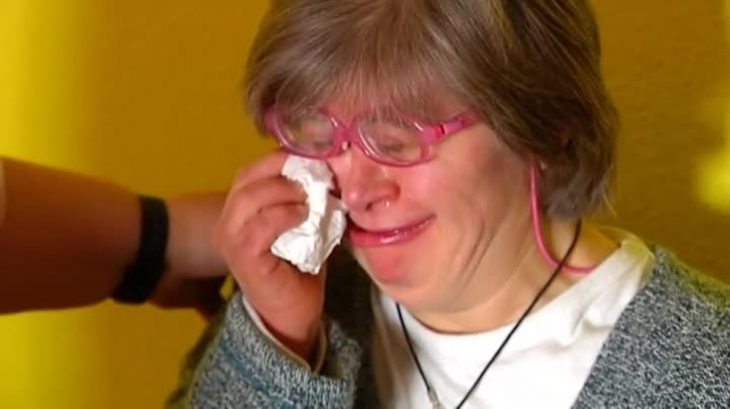 mujer con gafas rosas