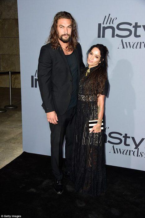 Jason momoa junto a su esposa posando para una fotografía