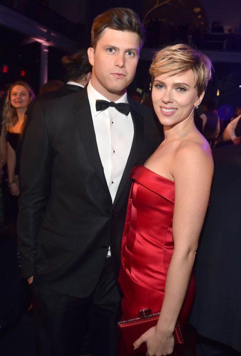 Colin Jost y Scarlett Johansson abrazados