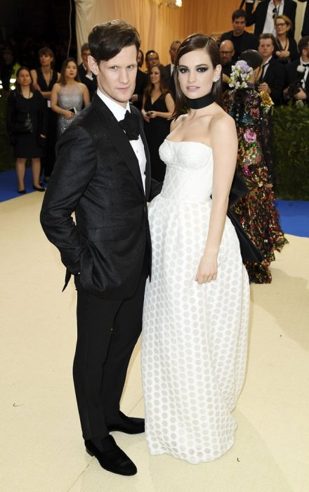 Matt Smith and Lily James en una alfombra roja