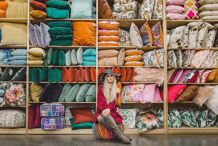 Chica en un tienda de decoración posando para una sesión de fotos