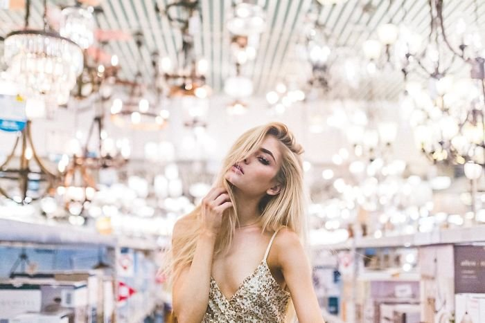 Chica en una sesión de fotos en una tienda de iluminación