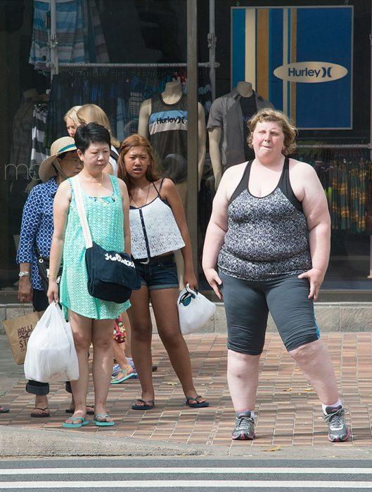 grupo de mujeres cruzando la acera