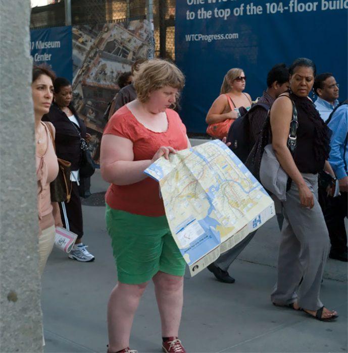 chica revisando un mapa